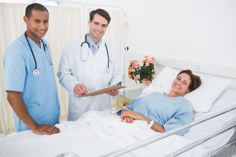 Patient de visite de médecin et de chirurgien dans l'hôpital image stock