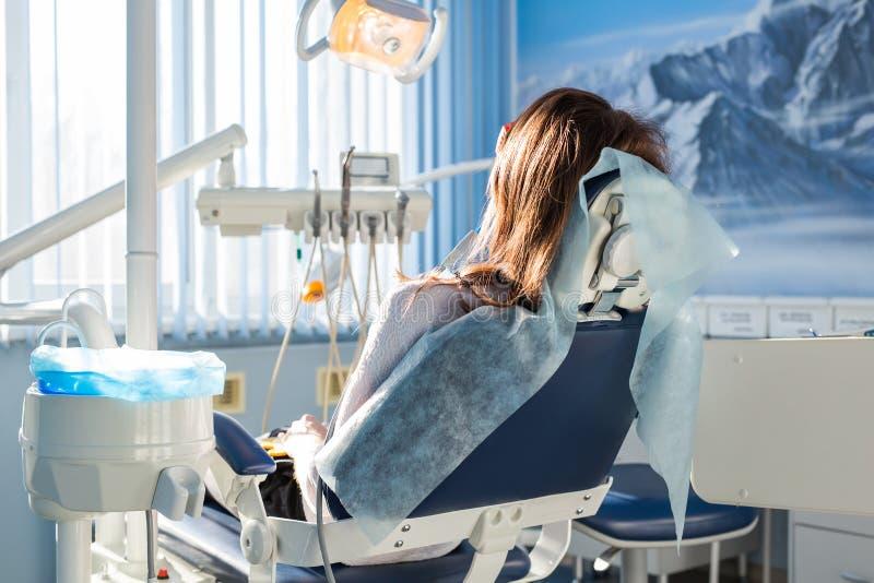 Patient, der auf dem zahnmedizinischen Stuhl, auf ihre Zahnarzt Stomatology-Medizin wartend, Zahnpflege, Verhinderung, Gesundheit lizenzfreie stockbilder
