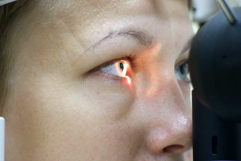 Patient an der Augenprüfung - nahes hohes des Auges lizenzfreies stockbild