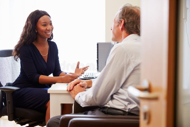 Patient, der Beratung mit Ärztin In Office hat lizenzfreie stockbilder
