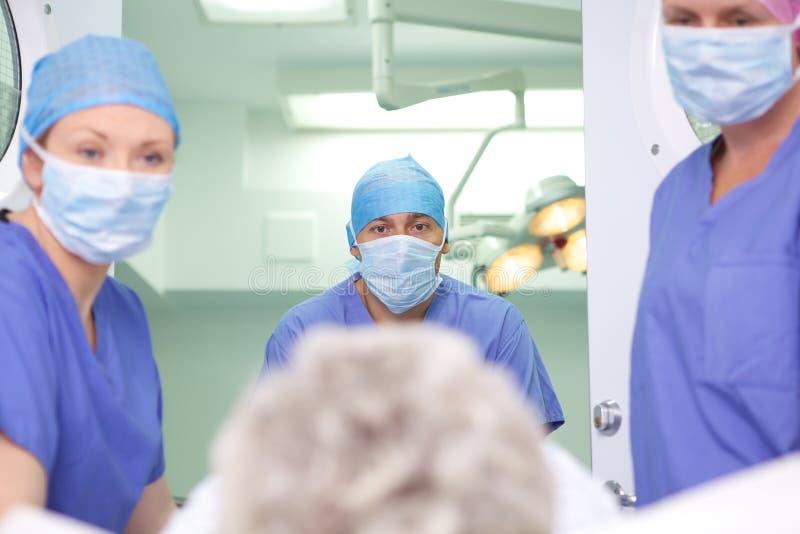 Patient, der in Chirurgie einsteigt lizenzfreie stockbilder