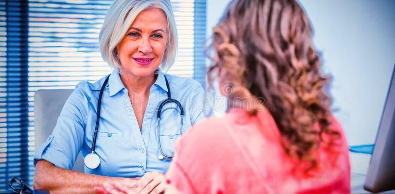 Patient, der einen Doktor konsultiert lizenzfreies stockbild