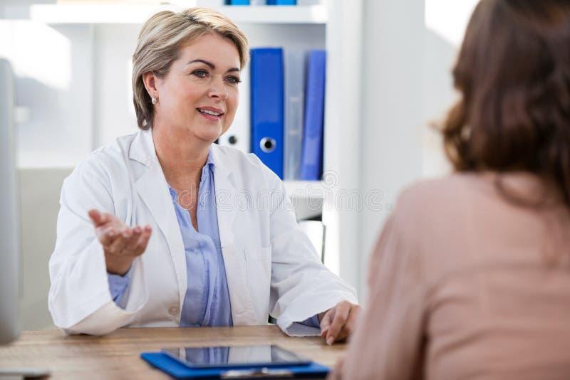 Patient, der einen Doktor konsultiert lizenzfreie stockfotografie