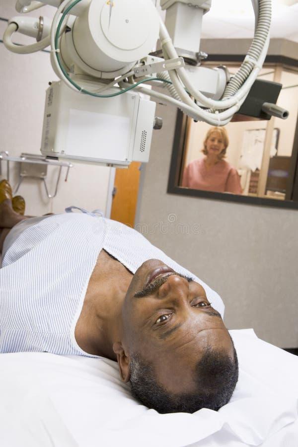 Patient, der einen Röntgenstrahl hat lizenzfreies stockfoto