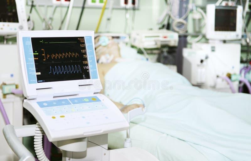 Patient in der Intensivstation stockbild