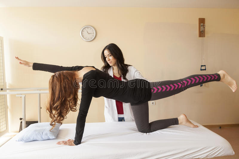 Patient an der Physiotherapie stockbilder