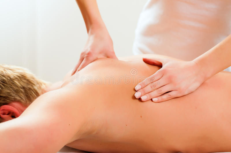 Patient an der Physiotherapie - Massage lizenzfreie stockbilder