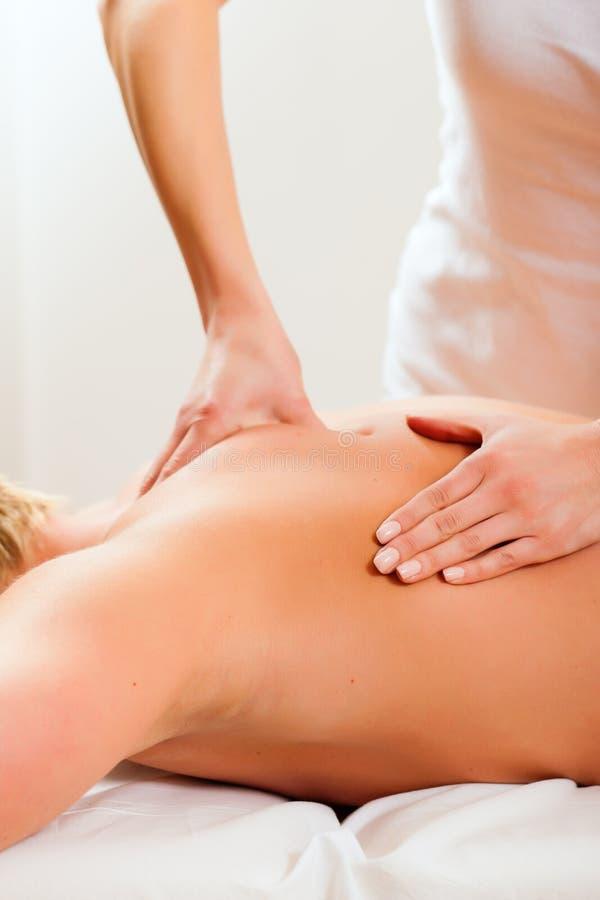 Patient an der Physiotherapie - Massage stockfotografie
