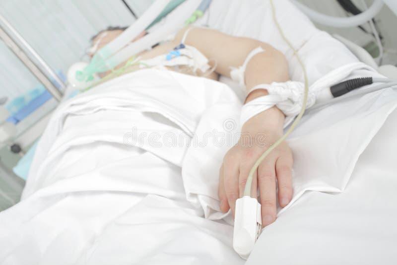 Patient in einem Krankenhausbett stockbild