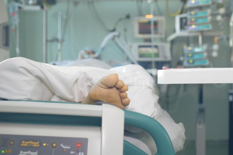 Patient in ernster Zustand schloss an die devic lebenserhaltenden Maßnahmen an stockfotografie