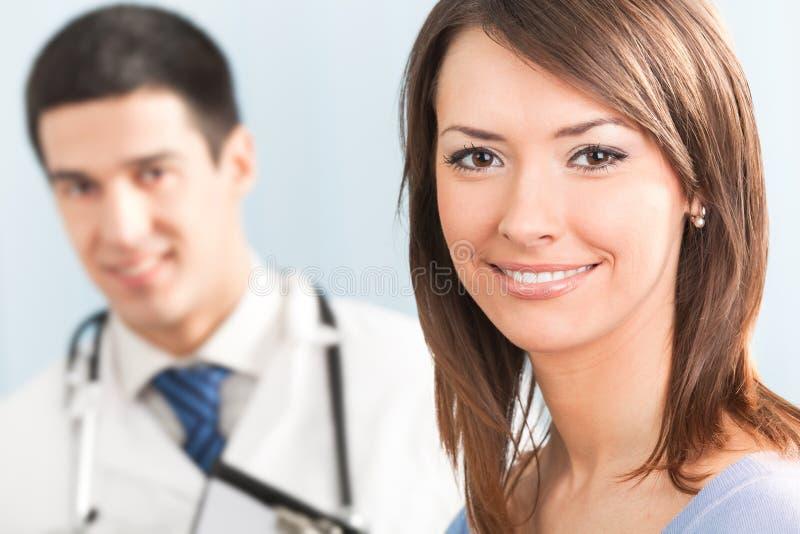 Patient et docteur photographie stock libre de droits