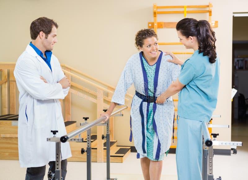 Patient féminin aidé par examen médical photographie stock