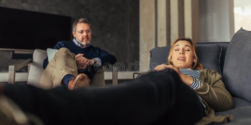 Patient féminin discutant ses questions avec le psychologue photos libres de droits
