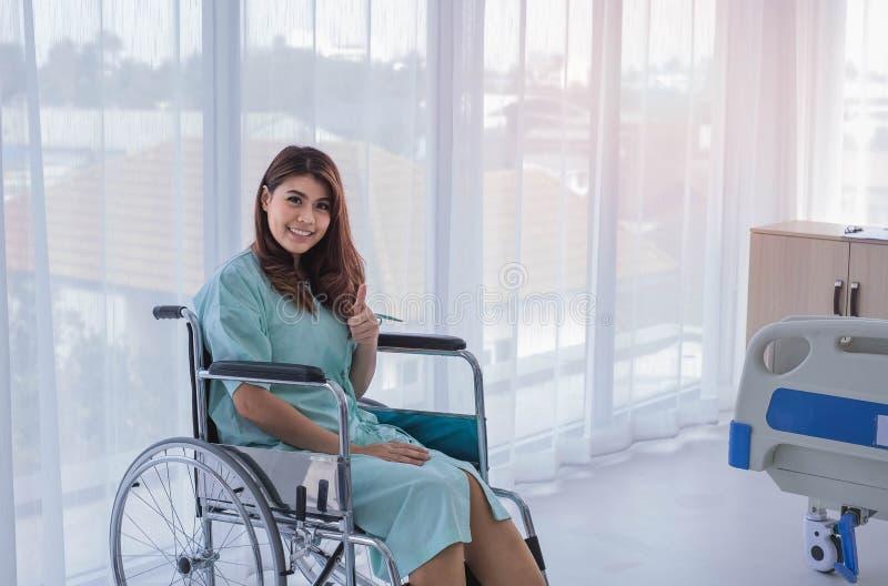 Patient féminin heureux dans la chambre d'hôpital photographie stock
