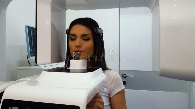 Patient féminin subissant l'examen panoramique de rayon X, équipement radiographique moderne images libres de droits