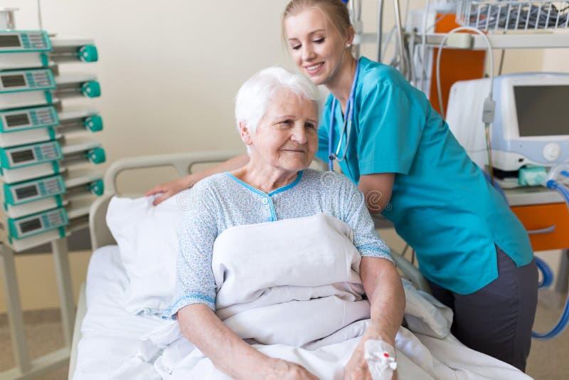 Patient féminin supérieur dans le lit d'hôpital image stock