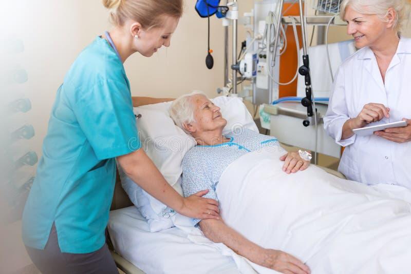 Patient féminin supérieur dans le lit d'hôpital photos libres de droits