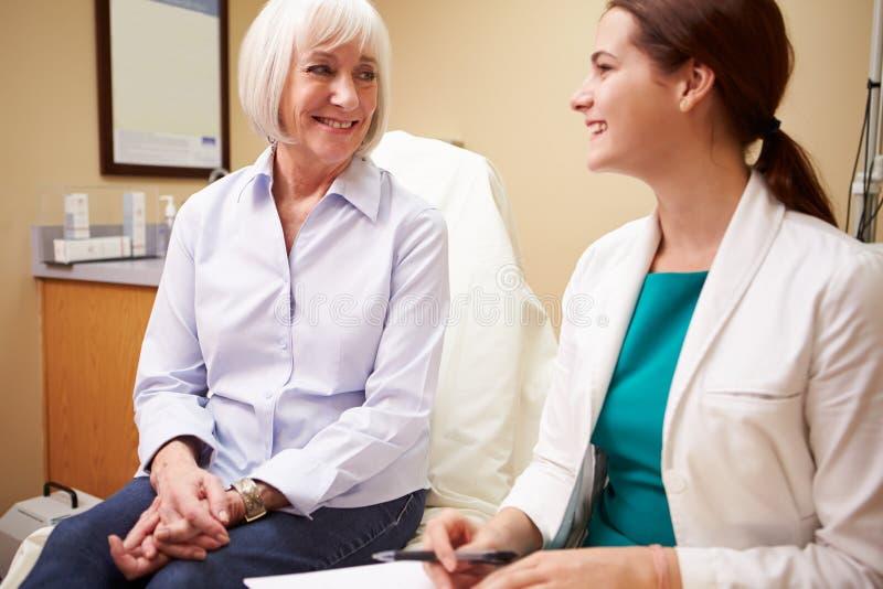 Patient féminin supérieur de docteur In Consultation With photo libre de droits