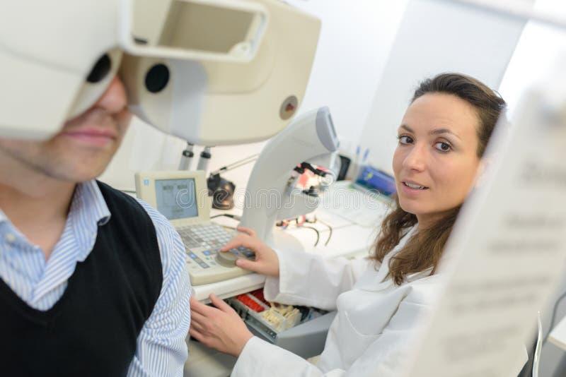 Patient för doktor för vuxen kvinnlig examing arkivfoto