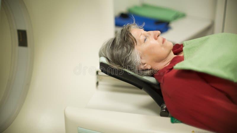 Patient för gammal kvinna på den datoriserade axiella bildläsningen för tomography (KATT) Undersökande cancerpatient med CT Tumör arkivfoton