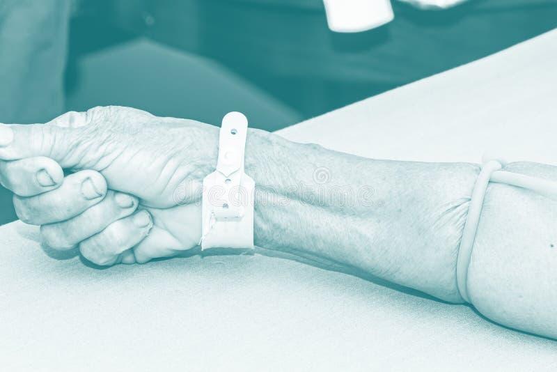 Patient för intravenös vätska för sjuksköterska en öppen för injektion royaltyfria bilder