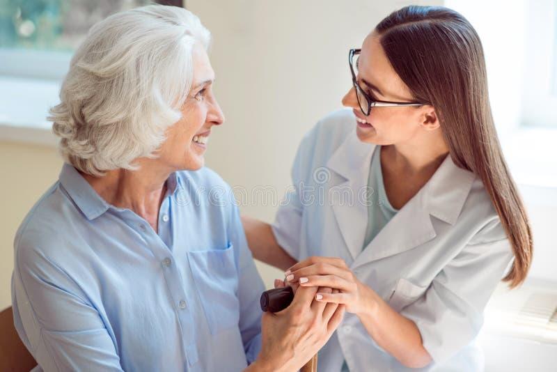 Patient för pensionär för barnsjuksköterskaportion royaltyfri foto