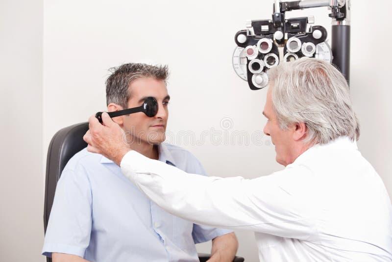 Patient faisant examiner sa vue photos libres de droits