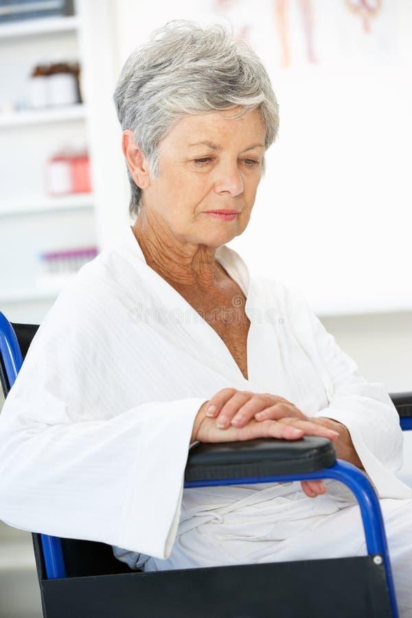 patient hög kvinna fotografering för bildbyråer