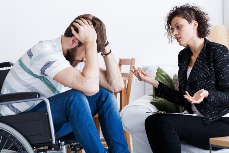 Patient handicapé pendant la psychothérapie d'intérieur photos libres de droits