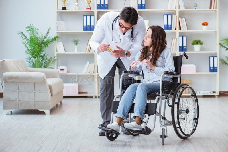 Patient handicapé sur le docteur de visite de fauteuil roulant pour le contrôle régulier photographie stock libre de droits