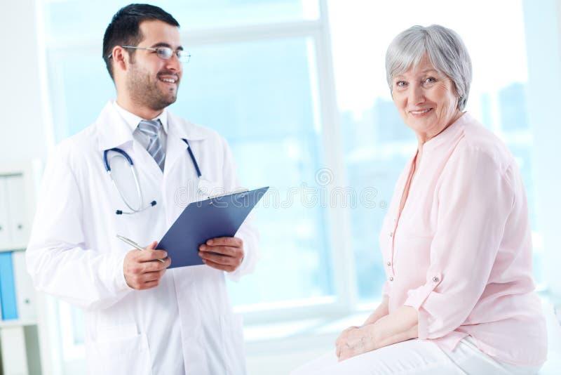 Patient heureux dans l'hôpital photos stock