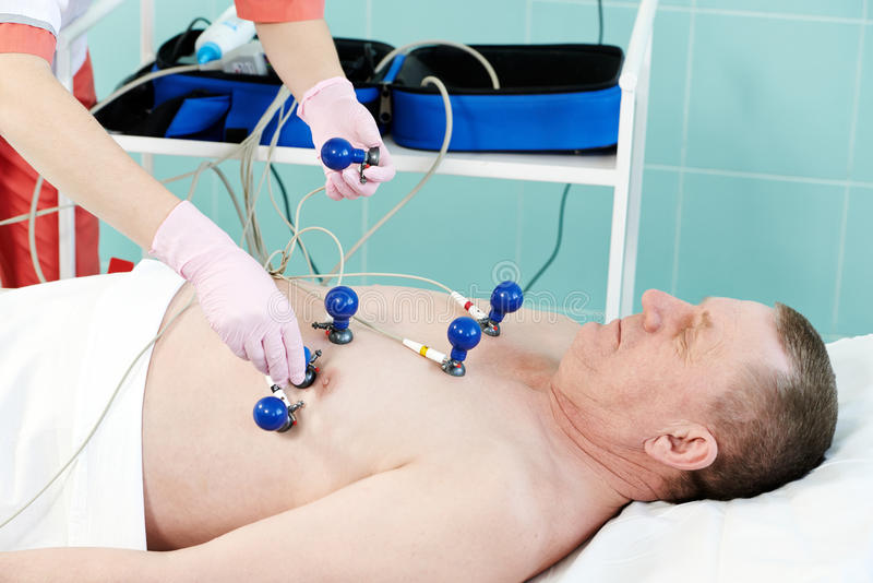 Patient hospitalisé à l'électrocardiogramme photos libres de droits