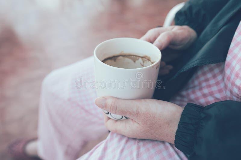 Patient hospitalisé tenant la tasse et buvant du café image libre de droits