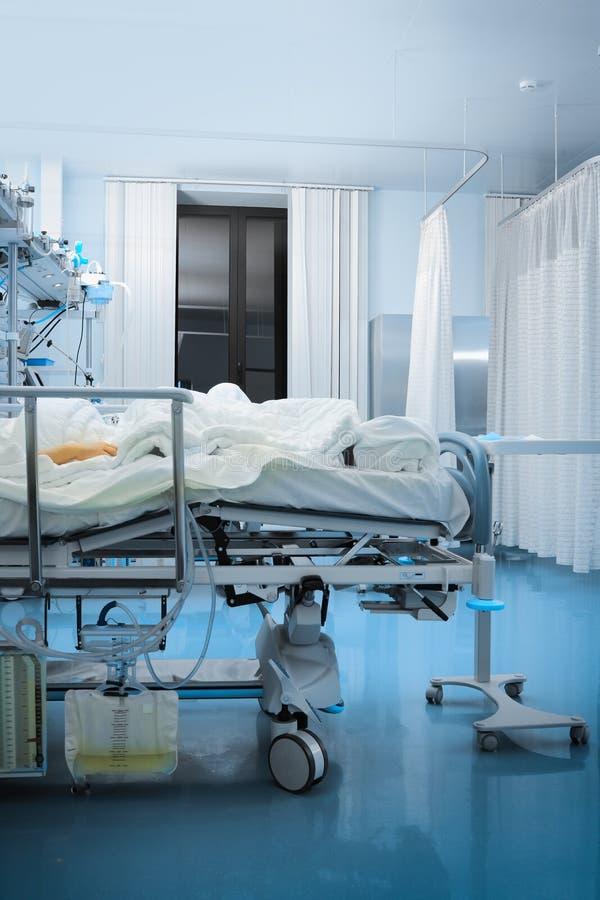 Patient i hög-beroende enhet arkivbilder