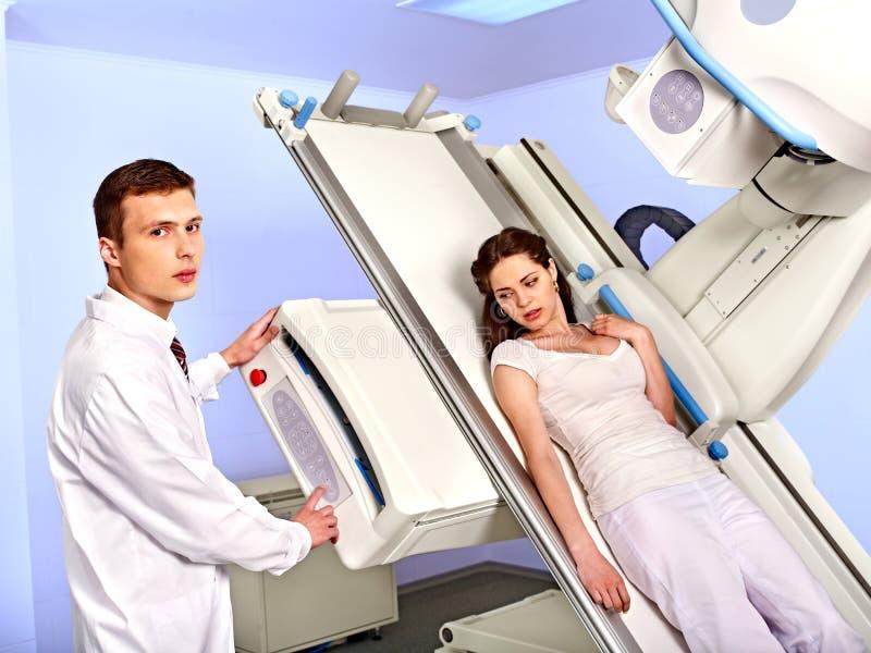 Patient i röntgenstrålerum som ser doktorn. arkivfoton