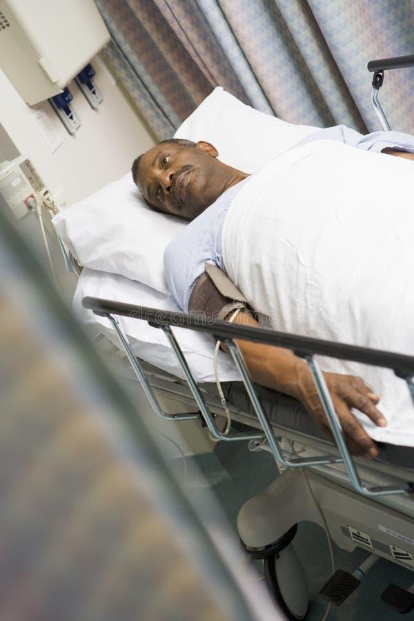Patient im Krankenhaus-Bett stockfotografie