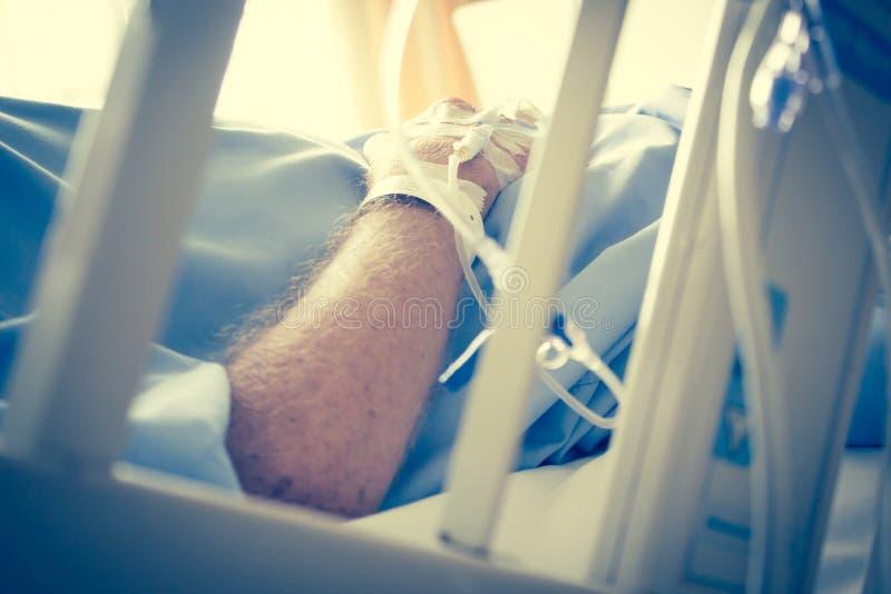 Patient im Krankenhaus-Bett und dem Haben des Iv-Lösungs-Tropfens lizenzfreie stockfotos