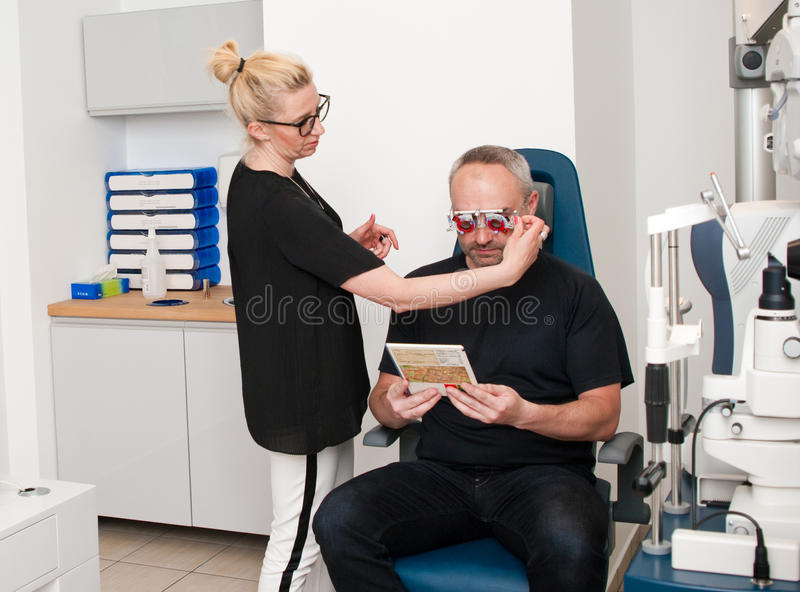 Patient im Optometrikerbüro für Sehtest stockfotografie