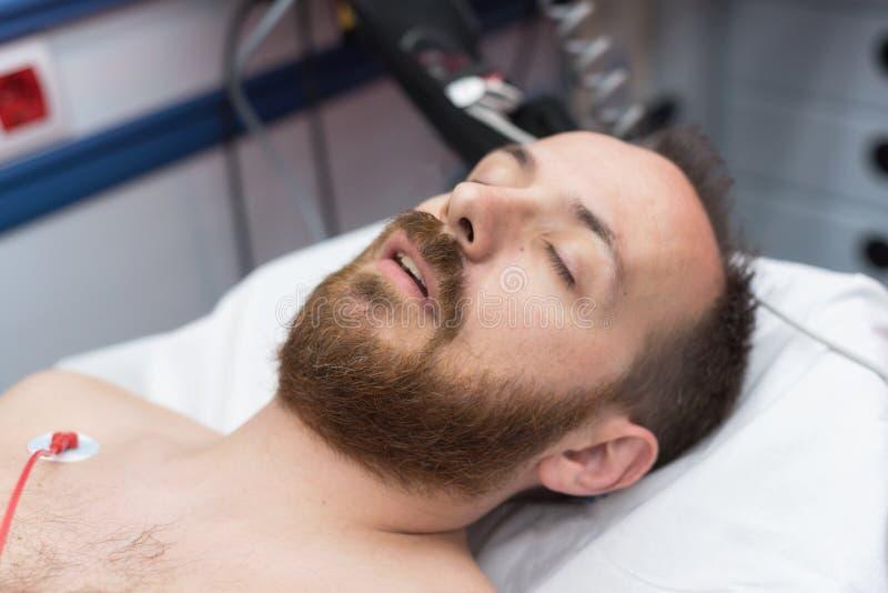 Patient inconscient dans l'ambulance photographie stock
