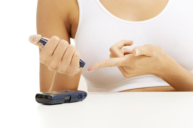 Patient mätande glukosnivå för sockersjuka royaltyfri fotografi