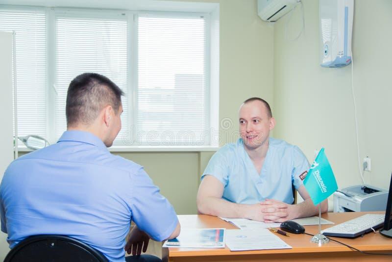 Patient masculin ayant la consultation avec docteur In Office photo libre de droits