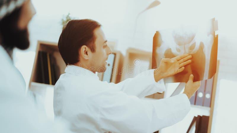 Patient med den arabiska röntgenstrålefilmen för doktor Holding royaltyfria bilder