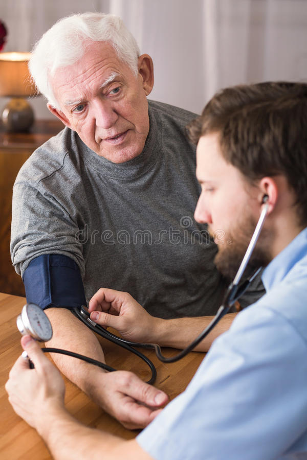 Patient med högt blodtryck royaltyfria foton