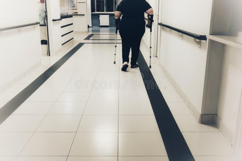 Patient med kryckor sjukhuset royaltyfria bilder