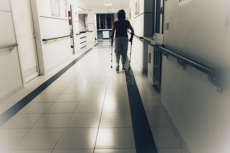 Patient med kryckor sjukhuset arkivfoto
