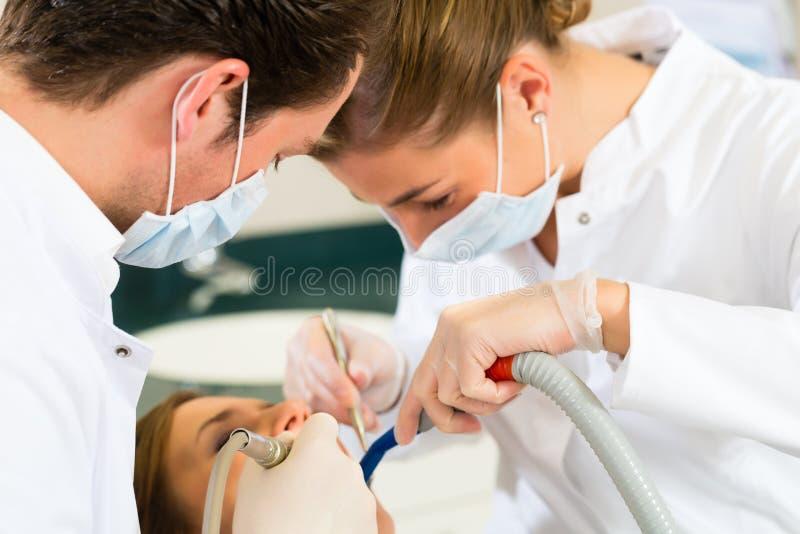 Patient med tandläkaren - tand- behandling arkivfoto