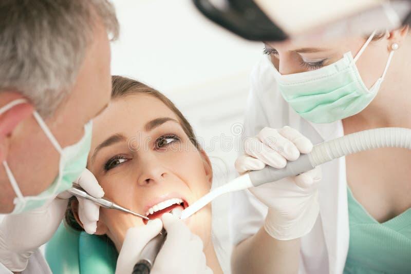 Patient mit Zahnarzt - zahnmedizinische Behandlung stockfotografie