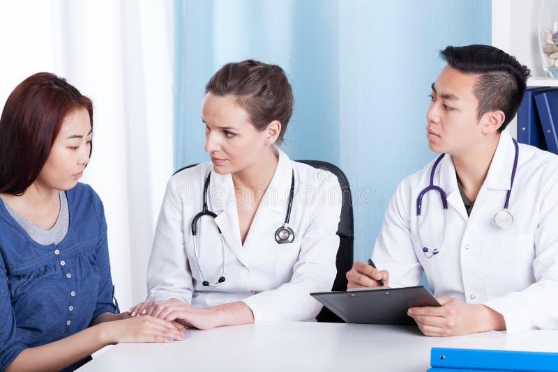 Patient mongol pendant le rendez-vous médical images stock