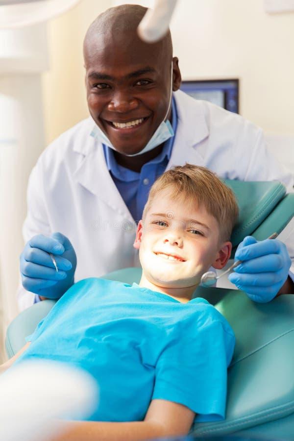 Patient obtenant le traitement dentaire images stock