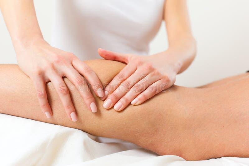 Patient på sjukgymnastiken - massage royaltyfria bilder